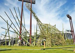 来場者を出迎える竹で編まれた恐竜オブジェ=福井市の福井運動公園で
