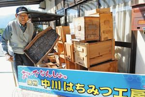 養蜂器具を手に参加を呼び掛ける富永さん=中川村で