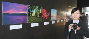菓子と秋の風景を合わせた写真を展示している坂本藍さん=七尾市和倉町で