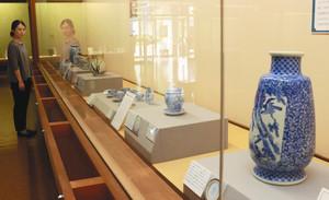 かつては瀬戸焼として販売されていた美濃焼が、徐々に全国的に独自の焼き物として認知されていった歴史をたどる展示=土岐市泉町の市美濃陶磁歴史館で