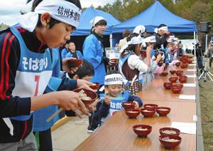 5年ぶりのそば早食い競争に臨んだ子どもたち=木曽町で