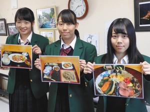 コラボメニューをPRする生徒たち=飯田市の天龍峡温泉交流館「ご湯っくり」で