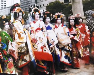 華やかな着物姿の女性有志らが参加した花魁道中の様子=2014年7月、大阪市中央区で(横田さん提供