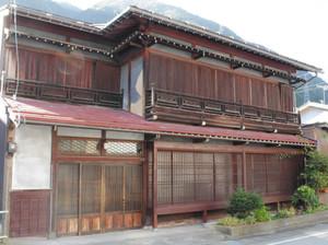 花街としてにぎわった頃の建物がそのまま残っている深山楼=飛騨市神岡町船津で