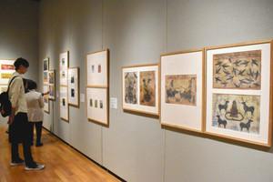 世界の絵本原画が並ぶ会場=四日市市安島の四日市市立博物館で