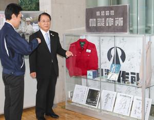 浅井正人副市長に撮影グッズを紹介する大嶌達士郎さん(左)=掛川市役所で