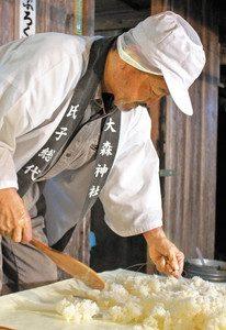 蒸した米を冷ます氏子総代=熊野市育生町尾川で