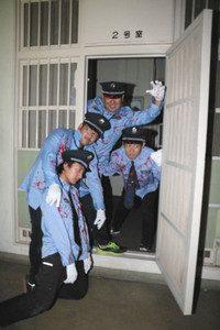 旧愛知川署内でお化けの練習をする商工会メンバー=愛荘町愛知川で