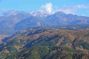 冠雪した御嶽山とふもとの紅葉=下呂市小坂町で