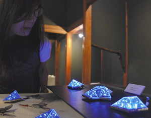 電飾を施したブローチなど個性的な作品が並ぶ会場=金沢市池田町のギャラリートネリコで