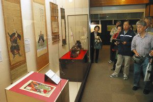 七本槍ゆかりの展示物に見入る来館者たち=長浜市の長浜城歴史博物館で