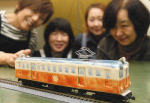 レトロな雰囲気が漂う九谷焼製の能美電の車両模型=能美市泉台町のマルサン宮本本店で