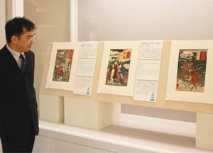 宿場名にちなんだ人物を描いた浮世絵が並ぶ会場=岐阜市宇佐の県図書館で