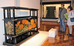 全国の重要無形文化財保持団体が手掛けた工芸品が並んだ会場=輪島市の県輪島漆芸美術館で