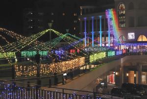 高架通路などを彩るイルミネーション=長浜市のJR長浜駅前で