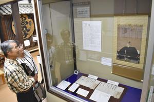 氏郷の肖像画や書状などが展示された会場=松阪市殿町の市歴史民俗資料館で