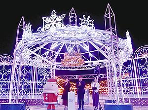 劇団四季の飯田さん(右から2人目)と松山さん(同3人目)が参加したイルミネーションの点灯式=常滑市の中部国際空港で