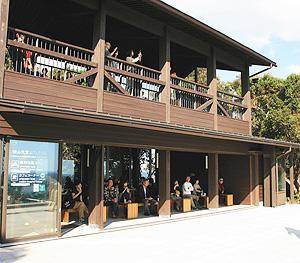 カフェもある横山展望台の展望休憩所=いずれも三重県志摩市で
