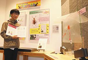 衝突板トラップ(右)を使いダイコクアリヅカムシを採集した中田勝之さん=白山市の県ふれあい昆虫館で