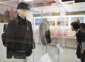 ゲティズバーグの戦いで使われた軍服などが並ぶ会場=関ケ原町歴史民俗資料館で