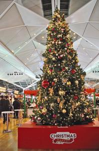 高さ6メートルのツリーも登場したクリスマスマーケット=中部国際空港で