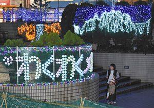 御旅屋メルヘン広場を彩るイルミネーション。右奥が剣岳、左奥が滝=高岡市御旅屋町で