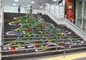 クリスマスツリーのイラストが装飾された新幹線改札内の階段=いずれも富山市の富山駅で