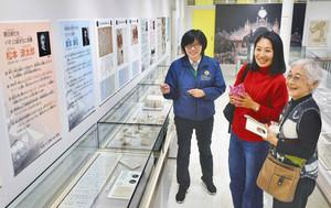 松本源太郎の展示に見入る松本ふみ子さん(右)と井上さん(中)=福井市の県立こども歴史文化館で