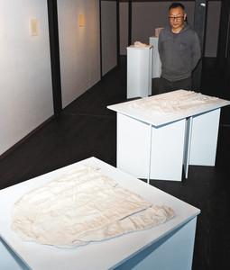 焼き物で再現されたシャツやズボンの作品=富山県砺波市庄川町で