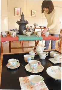 優しいタッチの絵付けが施された作品が並ぶ会場=金沢市山の上町で