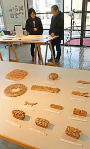 学生たちが作った個性的な青銅作品が並ぶ=高岡市二上町で