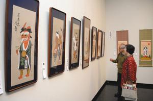 高橋さんの遺作(左側)が並ぶ「現代大津絵展」=大津市歴史博物館で