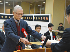 表彰状を受け取る受賞者(左)=金沢市広坂の金沢能楽美術館で
