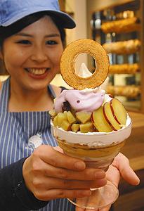 サツマイモが楽しめる「おいもパフェ」=西尾市西浅井町の「KingFarmCafe」で