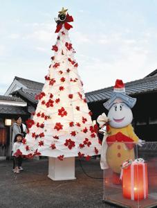 美濃和紙製のクリスマスツリー=美濃市加治屋町で