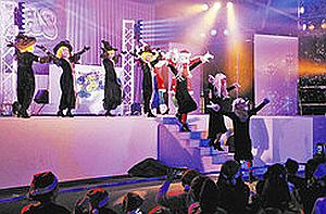モンスターにふんし会場を盛り上げるダンサーたち=桑名市長島町浦安のナガシマスパーランドで
