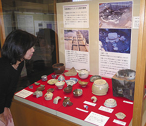 出土品や古文書などが展示される企画展=湖西市新居町で