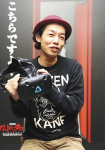 VR「ダムド・タワーホスピタルサイト」の感想を話す映画「カメラを止めるな!」の上田監督=名古屋・栄のテレビ塔で