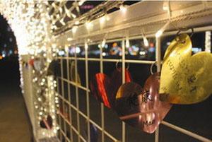 イルミネーションゲートに飾られたハート形のスパンコール=いずれも富山駅南口駅前広場で