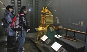 ことわざや慣用句を生み出すきっかけとなった武具を紹介する会場=富山市郷土博物館で