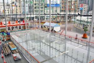 21日の営業開始に向け整備が進むスケートリンク「ハピリンク」=福井市のハピテラスで