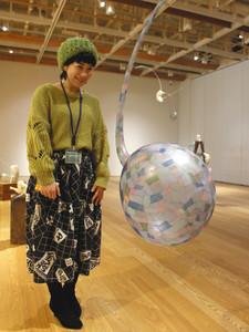 吹きガラスと和紙でユニークな作品を作っている小林千紗さん=富山市ガラス美術館で