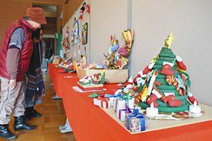 クリスマスツリーなどさまざまなフェルト作品が並んだ会場=小松市の木場潟公園で