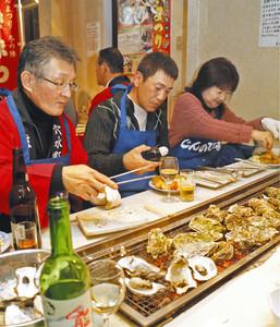 炭火焼きなど能登特産カキのフルコースに舌鼓を打つ参加者=穴水町川島で