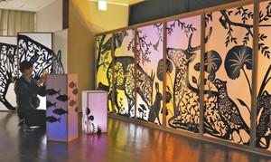 早川さんによる幻想的な作品が楽しめる会場=米原市春照の伊吹薬草の里文化センターで