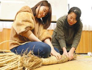 巻きブリ作りを体験する参加者ら=七尾市花園町で