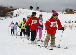 ようやく全コース滑降可能となったゲレンデで、スキーの実技を学ぶ子どもたち=豊根村の茶臼山高原スキー場で