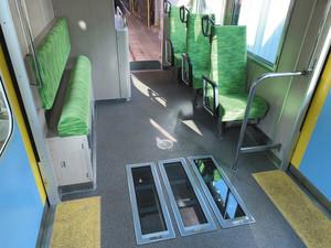 床にガラス3枚をはめ込んだシースルー列車