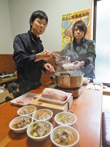 イノシシ鍋を作る杉田晋一さん(右)と小沢泰史さん=黒部市宮沢の狩猟屋で