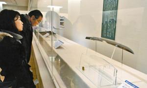 天災や戦乱を乗り越え蘇った刀剣=三島市中田町の佐野美術館で